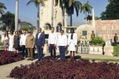 rinde-rafael-correa-homenaje-a-fidel-en-santiago-de-cuba-04-580x385