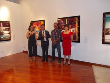 O πρέσβης Φαρίντ Φερνάντες εγκαινιάζει την έκθεση δίπλα του ο καλλιτέχνης John Marquez ©Μkampouraki