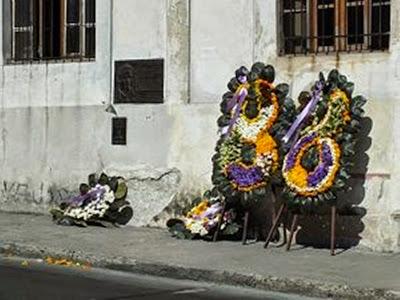 13 3 2015, λουλούδια στο σημείο που έπεσε ο Echeverria, ανάμεσά τους τα στεφάνια του Φιντέλ και του Ραούλ.